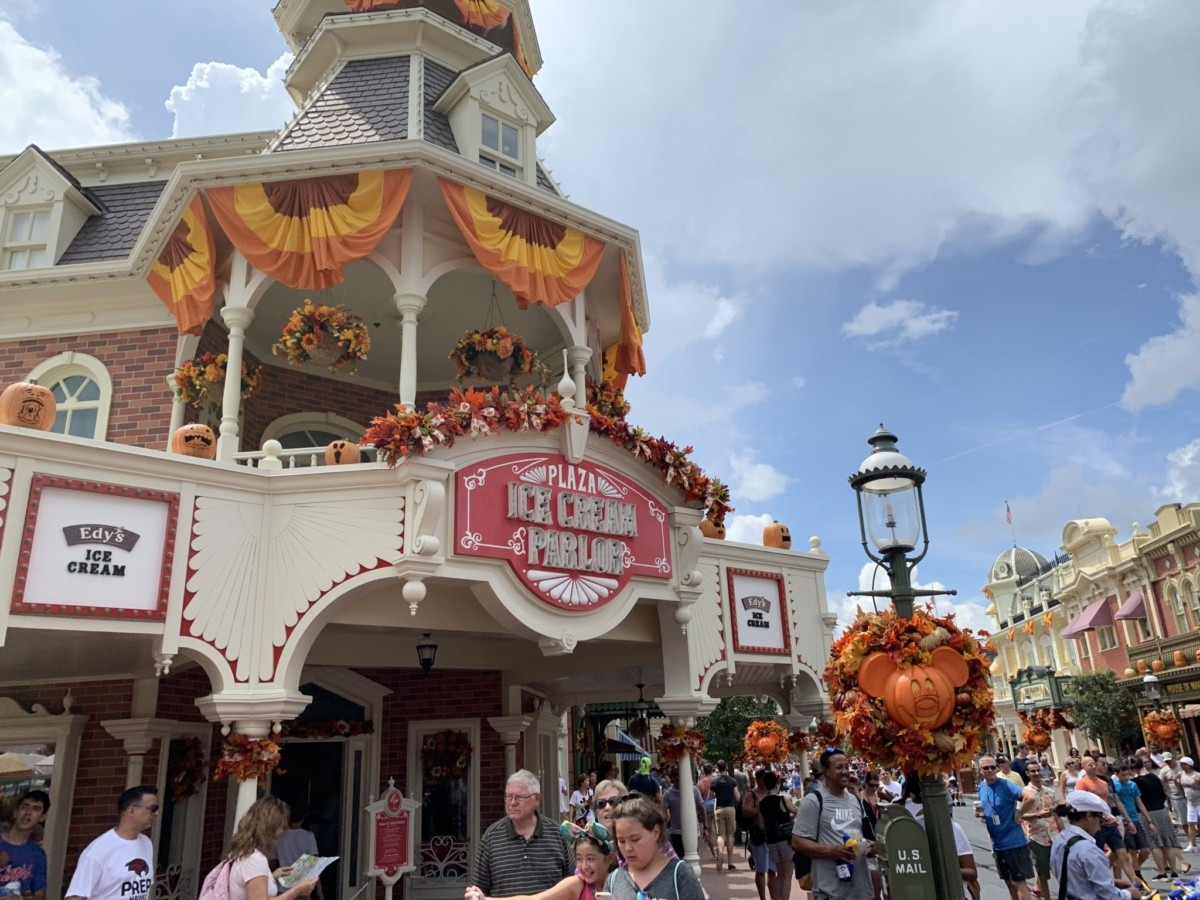 Halloween Decorations at Magic Kingdom! Boo to You! 4