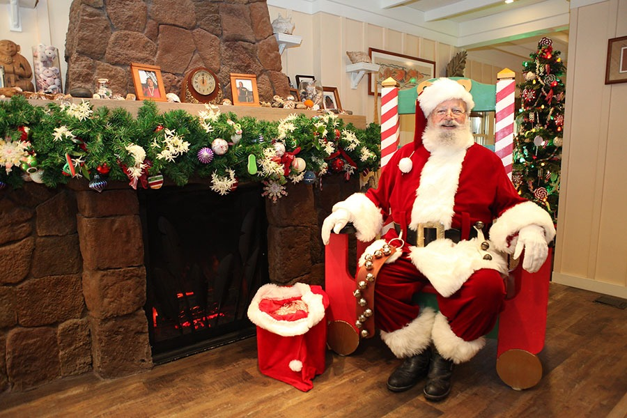 Santa at Aulani, A Disney Resort and Spa
