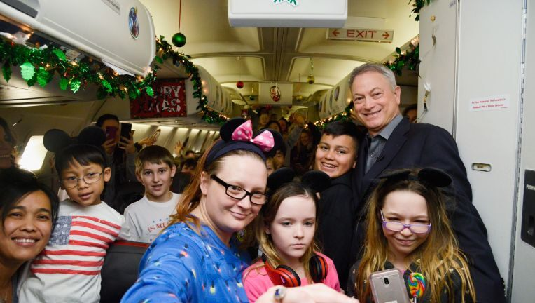 Actor Gary Sinise takes over 1,000 kids of fallen soldiers to Disney 1
