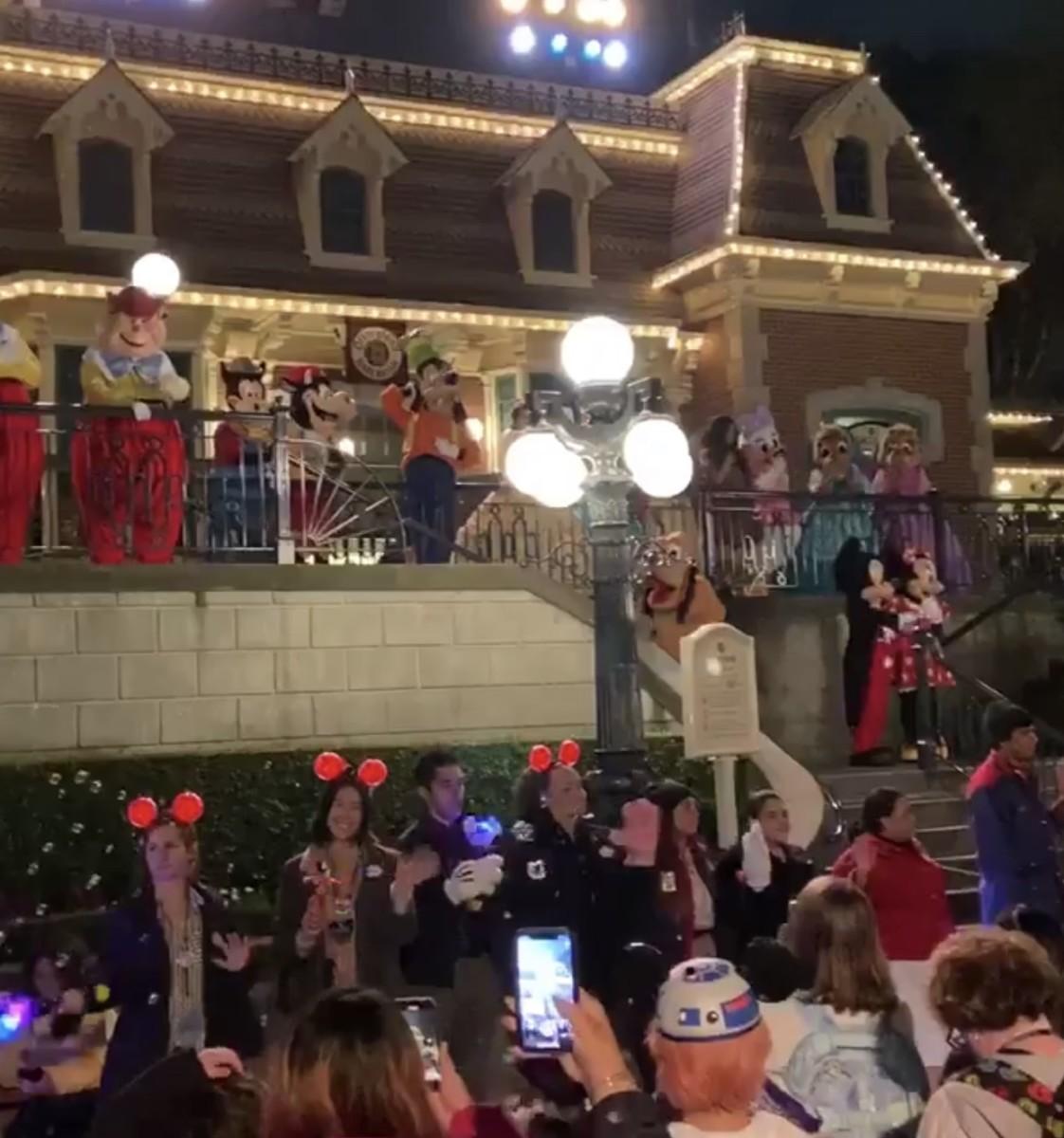 "Disneyland Says ""See Ya Real Soon"" as Park Closes Until Month End (video) 1"