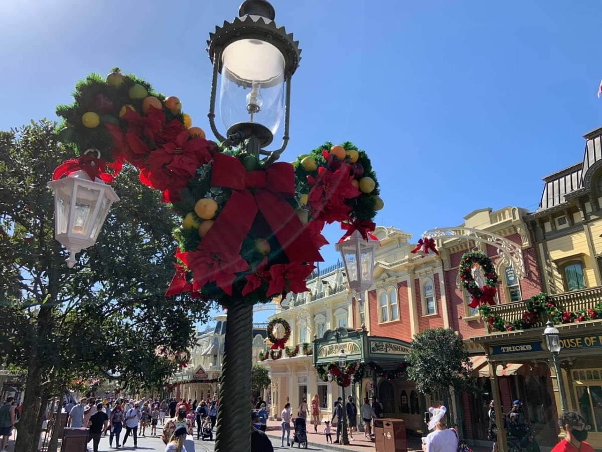 Christmas Decorations at Magic Kingdom (photos) 6